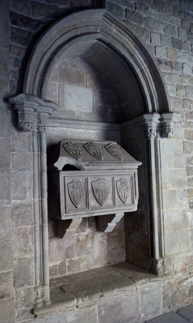 The tombs in the cloister belong to the family of the Counts of Bell-Lloch